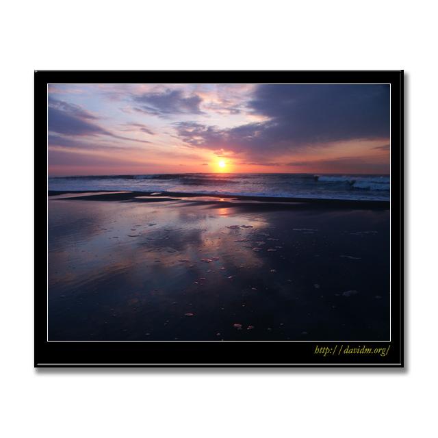 波が引いた砂浜に映るイタンキの朝