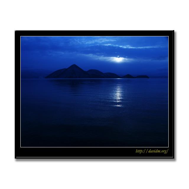 月明かりに照らされた洞爺湖