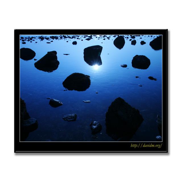 空に浮く海辺の岩