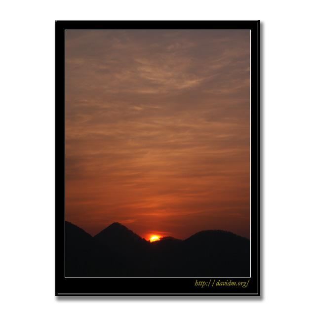 中島に沈む洞爺湖の夕陽
