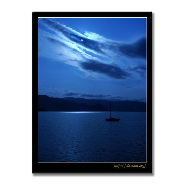 月夜に浮かぶ一艘のヨット