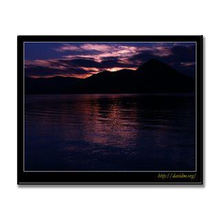朝焼けに浮かぶ洞爺湖の中島