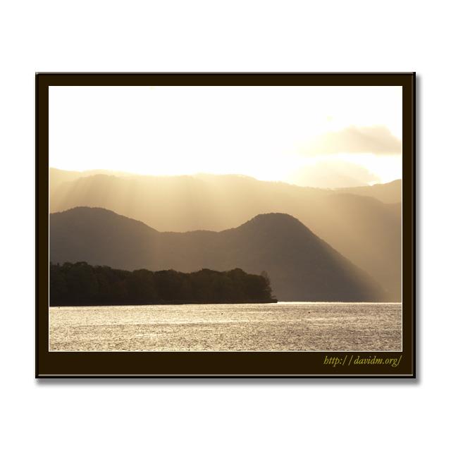 朝陽に浮かぶ財田の丘