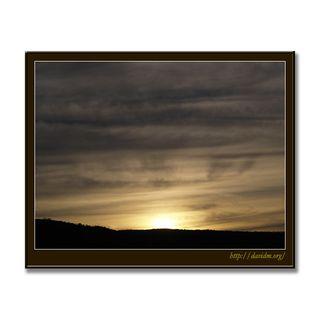 朝陽に染まる洞爺の曇り空