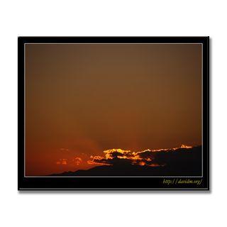 雲から射られた夕陽の光