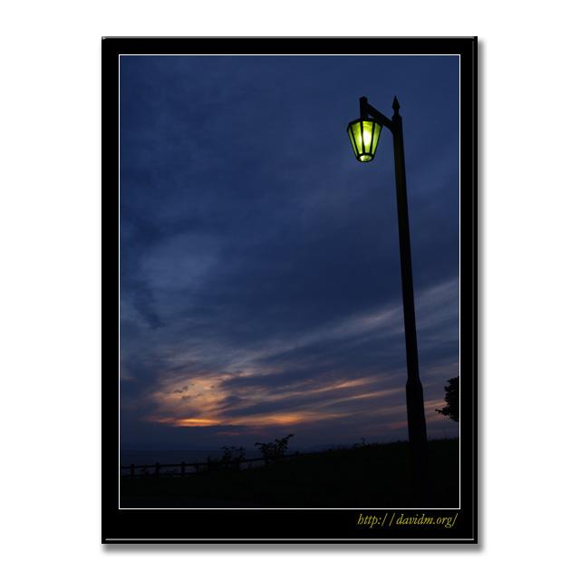 絵鞆の夕暮れとレトロな電燈