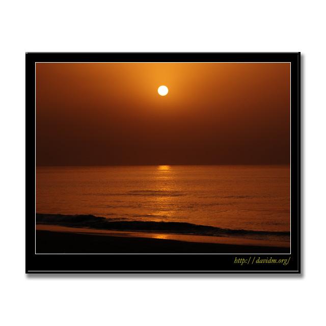 イタンキの空に静かに上る朝陽