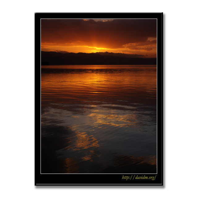 湖面に映った洞爺湖の朝