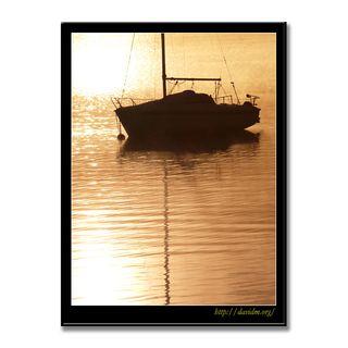 朝陽に浮かぶヨットのシルエット