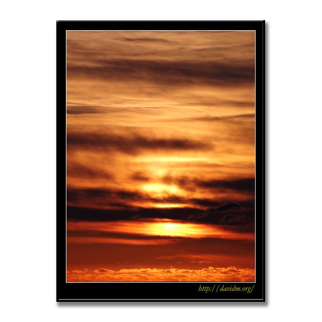 雲を燃やす朝の光