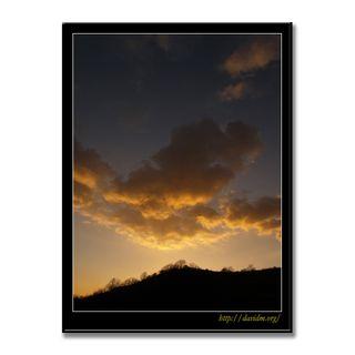 裏山の夕陽に染まる雲