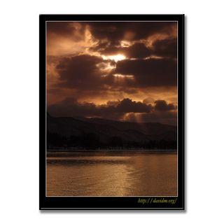 厚い雲から射す洞爺湖の朝陽