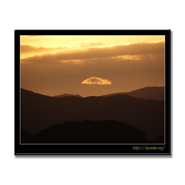 山の上に浮かぶ雲