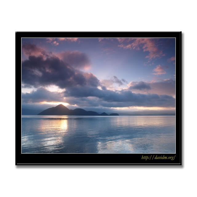 朝陽に染まる洞爺湖の空