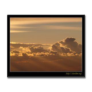 雲から射し込む朝の光
