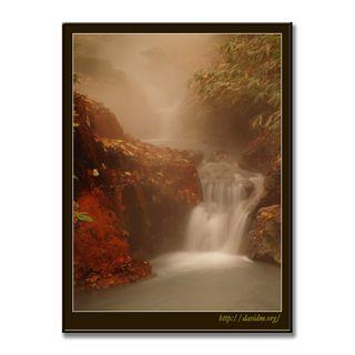 温泉の湯が流れる滝