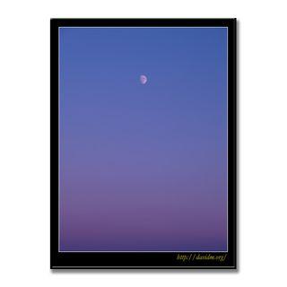 夕陽に染まる空に浮かぶ半月