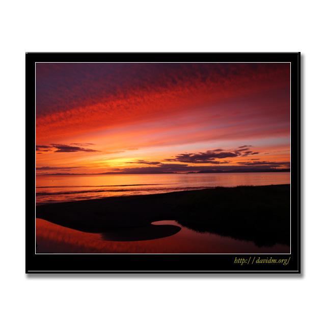 牛舎川の河口を染める内浦湾の夕陽