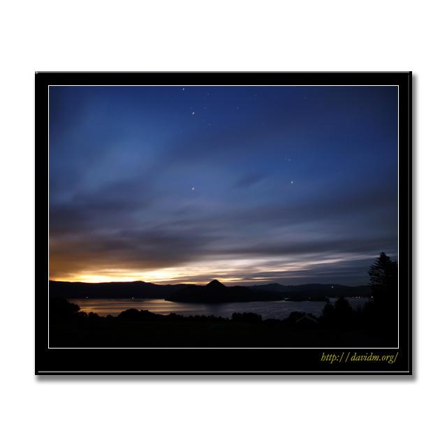 洞爺湖の夜明け前の星空の写真