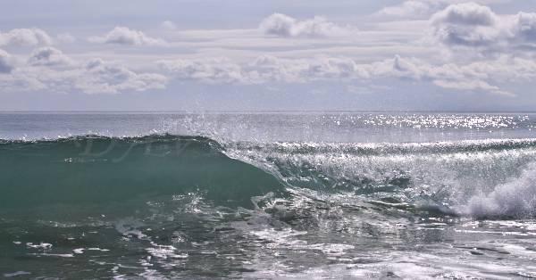 氷のように冷たそうな波の写真