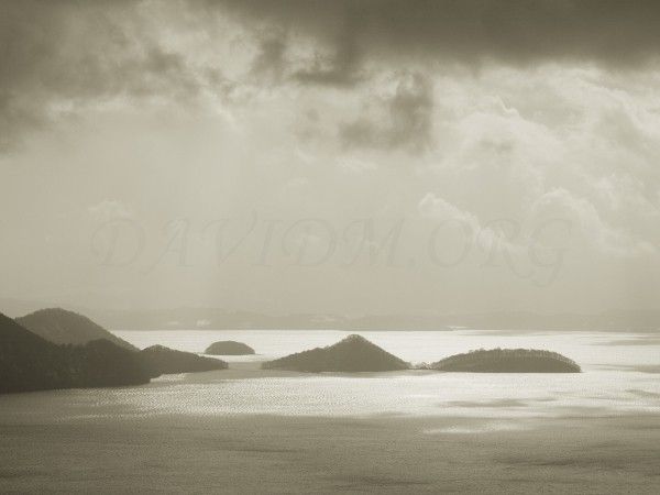 洞爺湖中島を照らす光の写真