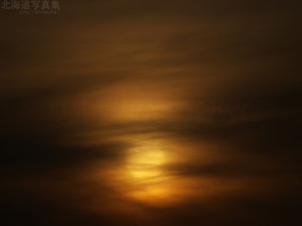 今月の壁紙:雲にくるまれた夕陽