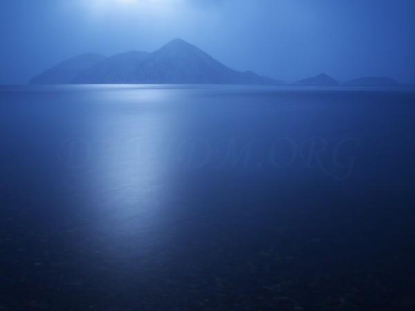 写真:洞爺湖に降り注ぐ柔らかい光