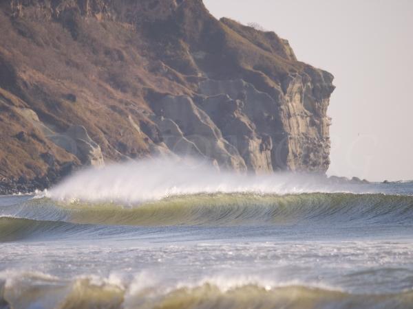 波頭を飛ばされる波の写真