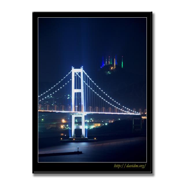 測量山のライトアップと白鳥大橋の夜景