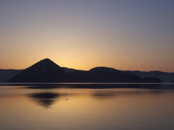 夜明け直前の洞爺湖の写真
