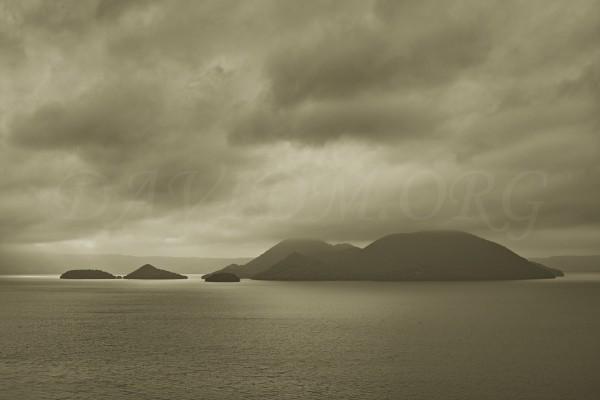 雲が低く立ち込めた洞爺湖