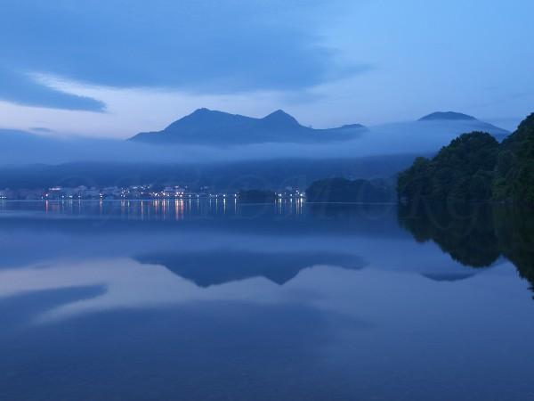 洞爺湖の湖面に映し出された有珠山の写真