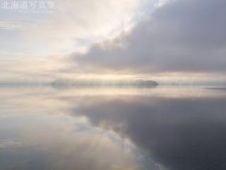 今月の壁紙:湖面に映る洞爺湖の朝