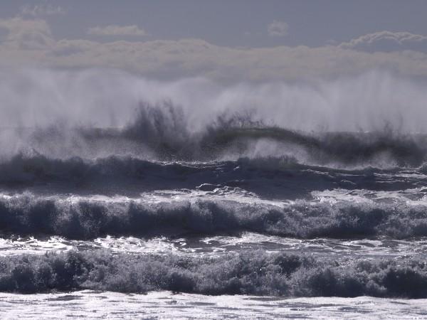 イタンキ浜に押し寄せる大波