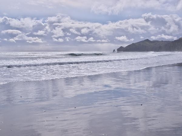 空を映すイタンキの砂浜