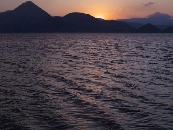 波立つ洞爺湖の朝