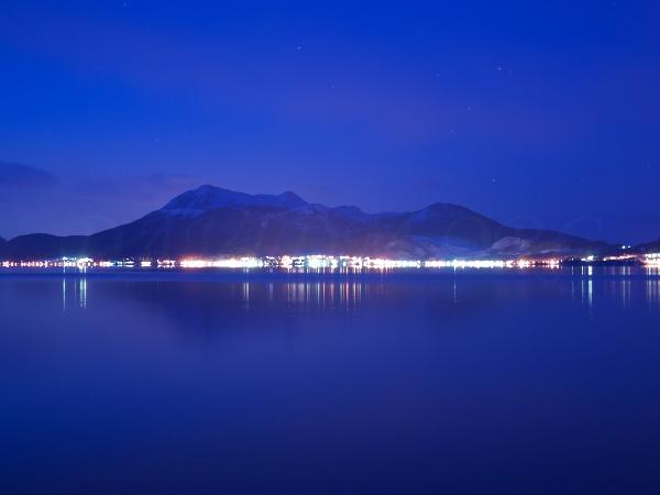 有珠山と洞爺湖温泉の夜景の写真