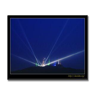 光の彫刻と測量山のライトアップの写真