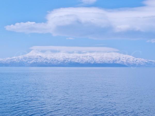 残雪の知床連山の写真