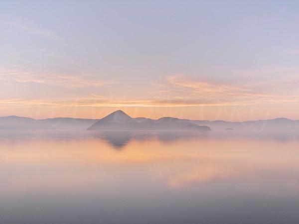 朝の洞爺湖の写真
