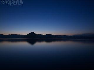 今月の壁紙:夜明け前の洞爺湖
