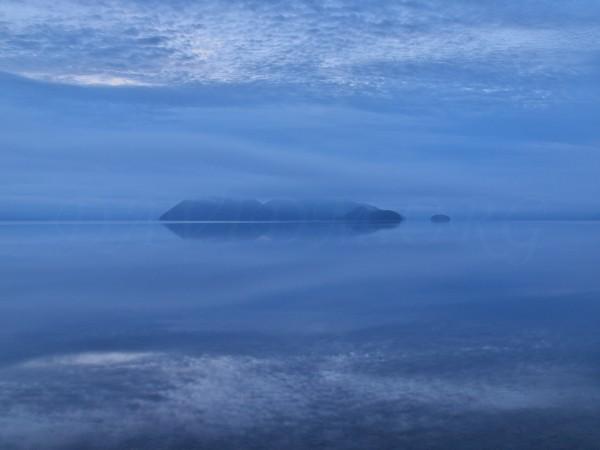 夜明け前の洞爺湖の写真