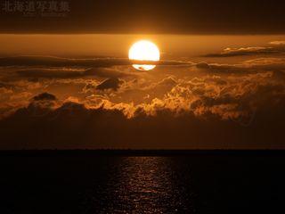 今月の壁紙:雲の中に沈む室蘭の夕陽