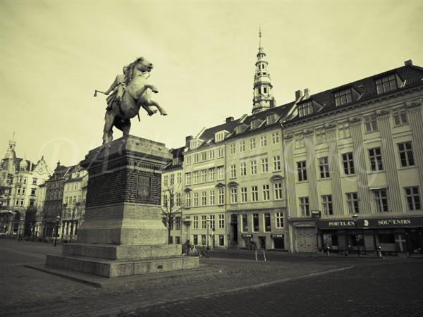 アマートーゥ広場の銅像