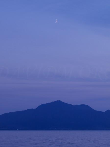 有珠山と三日月の写真