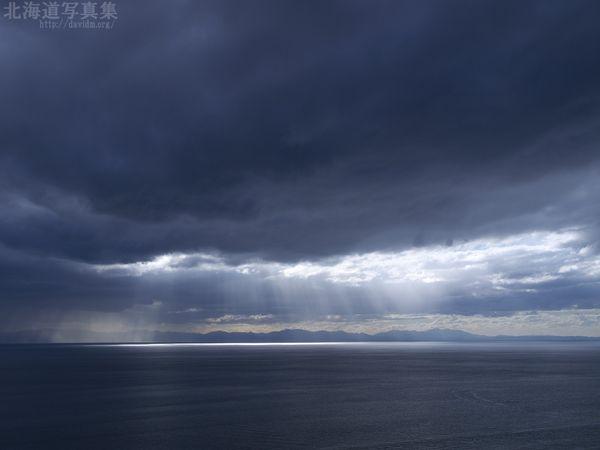 今月の壁紙: 噴火湾に射す光