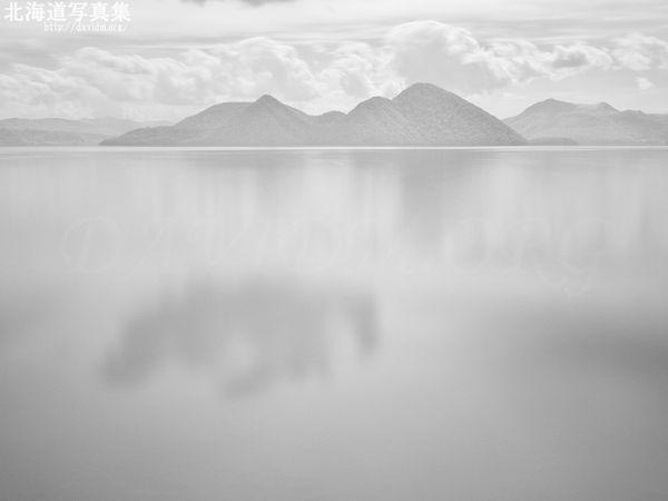 今月の壁紙: 赤外線で見る洞爺湖に映る空