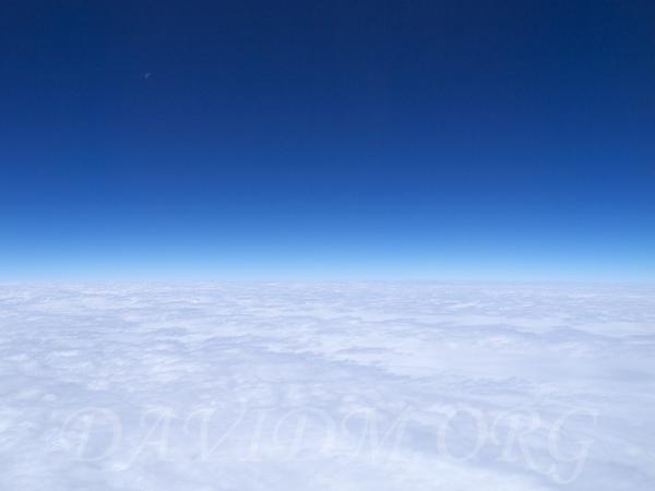 雲上の青空と半月@北海道写真集