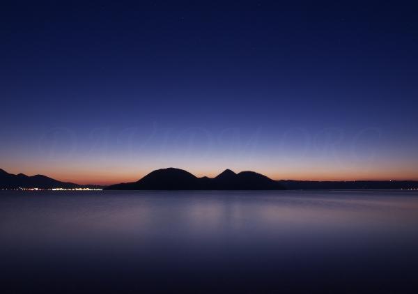 夜直前の洞爺湖の写真