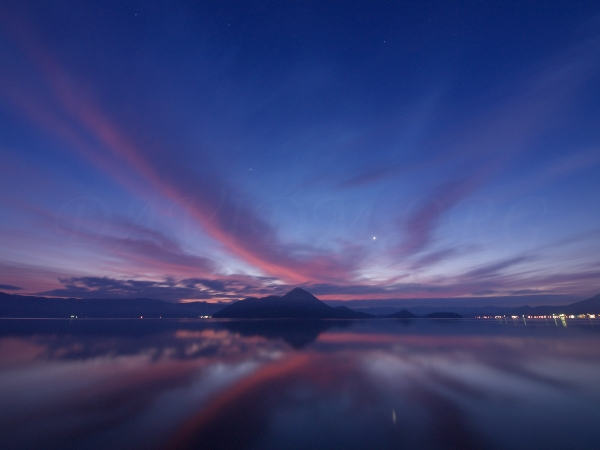洞爺湖と金星の写真